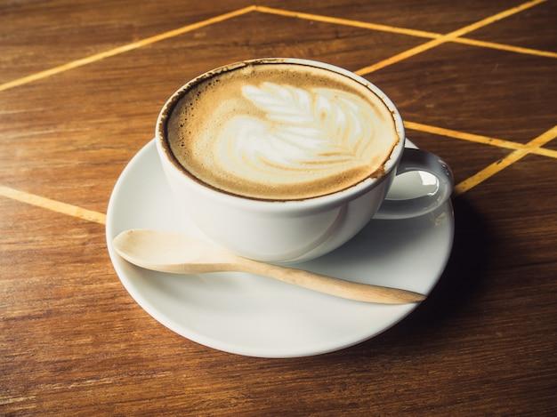 Tasse latte kaffee auf holz