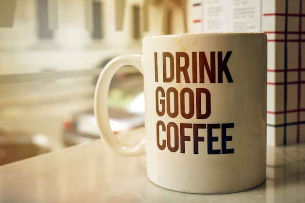Tasse leckerer kaffee im café. horizontal mit kopierraum. toning