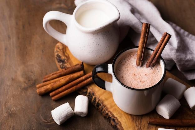 Tasse marshmallow-getränk mit zimt auf dem tisch