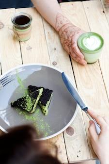 Tasse matcha-grüntee und kuchen mit grünem matcha-eis
