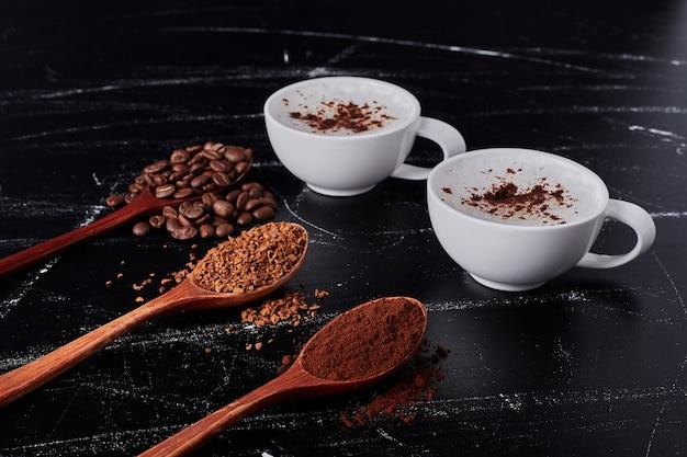 Tasse milch mit kakao und kaffeepulver.