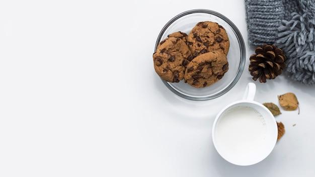 Tasse milch mit schokoladenkeksen