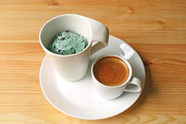 Tasse minz-schokoladensplitter-eis und ein schuss espressokaffee für leckeres affogato