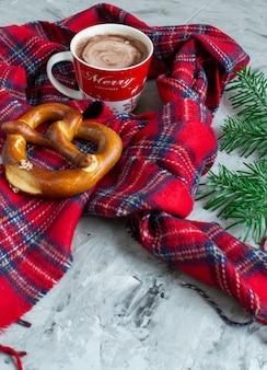 Tasse mit cappuccino weihnachtsgeschenk box dekoration natürlichen dekor neujahr party vintage tannenzapfen tannenzweig