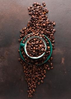 Tasse mit gerösteten kaffeebohnen gefüllt