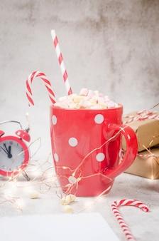 Tasse mit hausgemachtem heißem kakao und marshmallows mit weihnachtsdekoration konzept gemütlicher urlaub