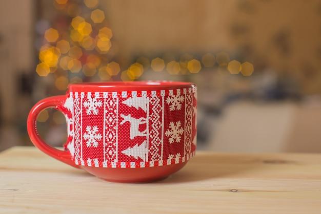 Tasse mit heißem getränk auf neujahr bokeh hintergrund frohe weihnachten