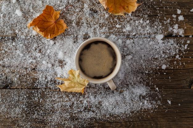 Tasse mit heißem getränk über winter holztisch