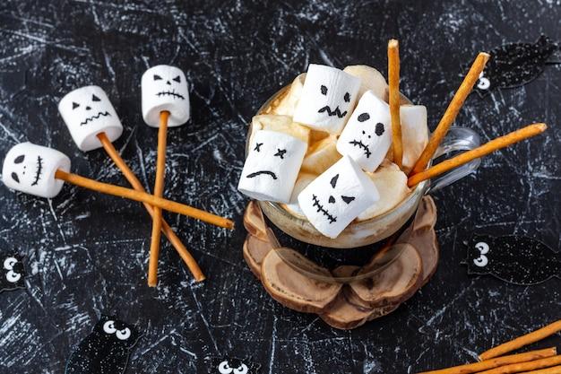 Tasse mit heißer schokolade und marshmallow mit halloween