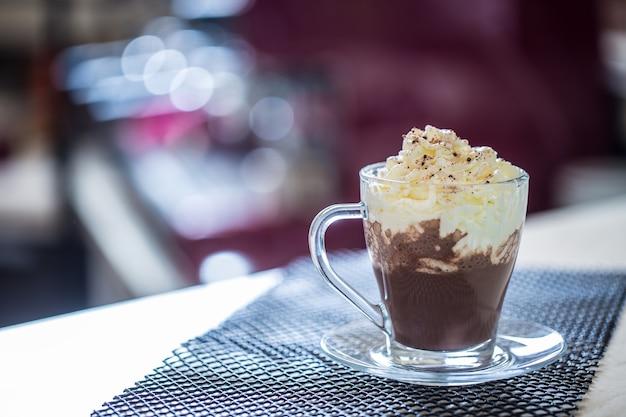 Tasse mit heißer schokolade und schlagsahne an der bar in restaurants.