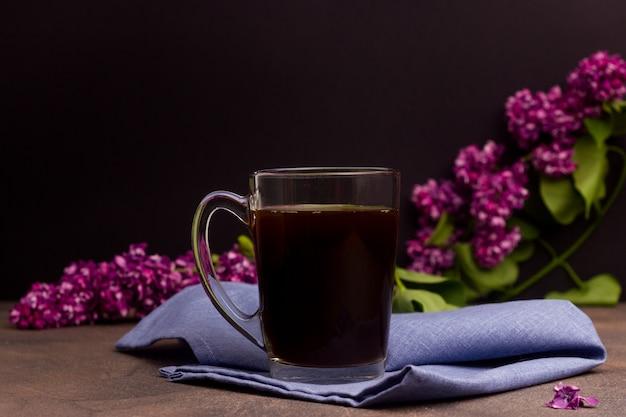 Tasse mit kaffee auf einem tisch mit blumen