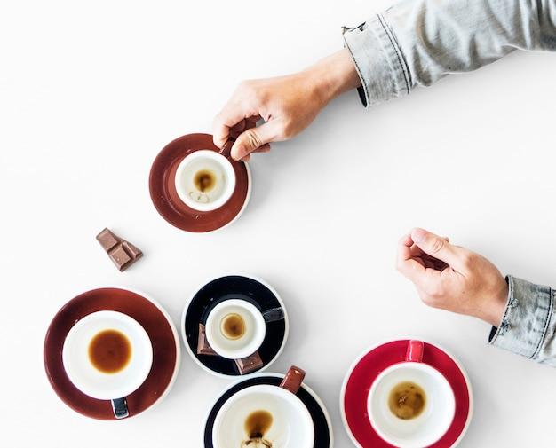 Tasse mit kaffee-fleck und ein paar süßigkeiten auf dem tisch