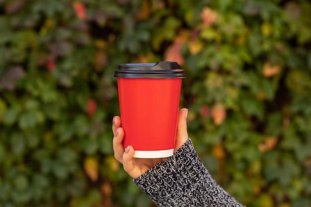 Tasse mit kaffee in einer weiblichen hand, bokeh.