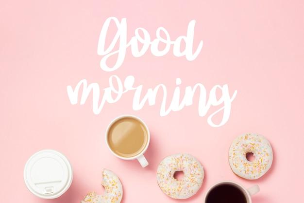 Tasse mit kaffee oder tee, frische leckere süße donuts auf einem rosa hintergrund. guten morgen. bäckereikonzept