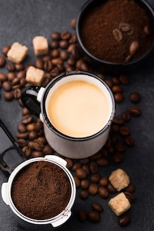 Tasse mit kaffee und kaffeebohnen daneben