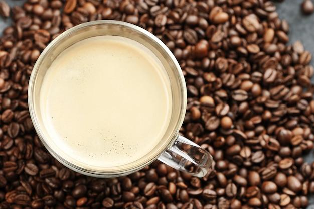Tasse mit kaffee und kaffeebohnen
