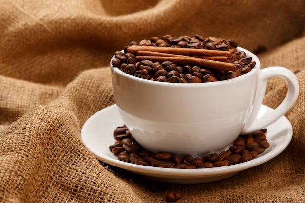 Tasse mit kaffeebohnen gefüllt