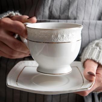 Tasse mit kräutertee auf dem schreibtisch