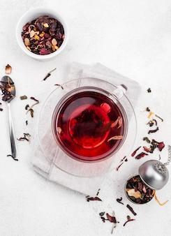 Tasse mit kräutertee auf dem tisch