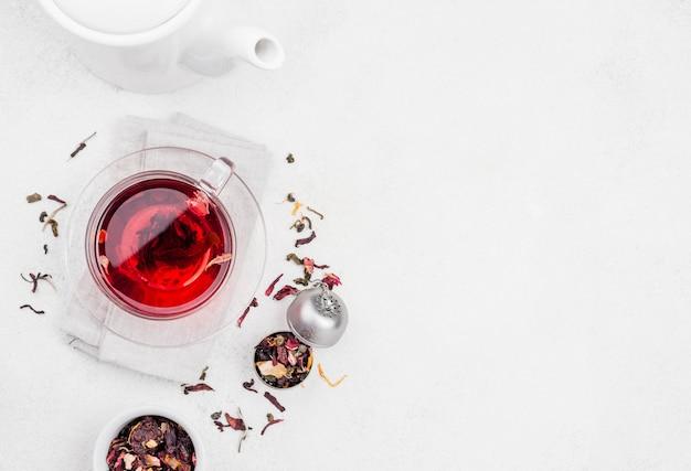 Tasse mit kräutertee und kopierraum