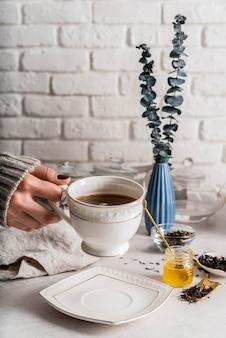 Tasse mit tee auf dem schreibtisch