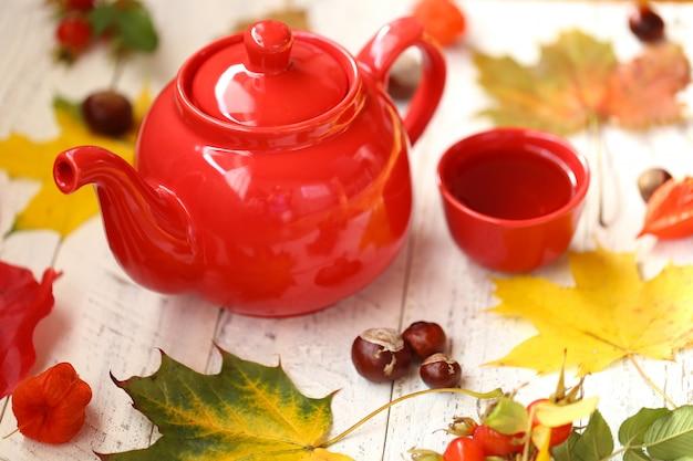 Tasse mit tee und ahornblättern
