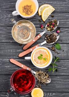 Tasse mit tee und kräutern daneben