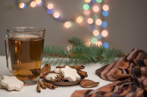 Tasse mit tee und lebkuchen
