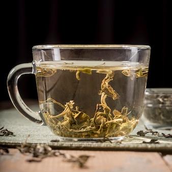 Tasse mit teekräutern