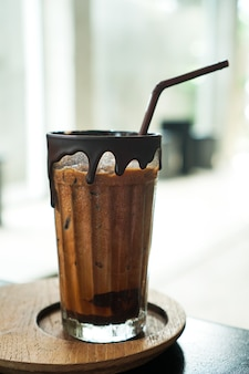 Tasse schokolade auf holzteller