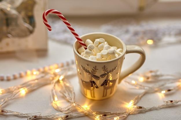 Tasse schokolade mit marshmallows, weihnachtsdekoration