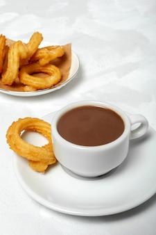 Tasse schokoladensauce mit churros