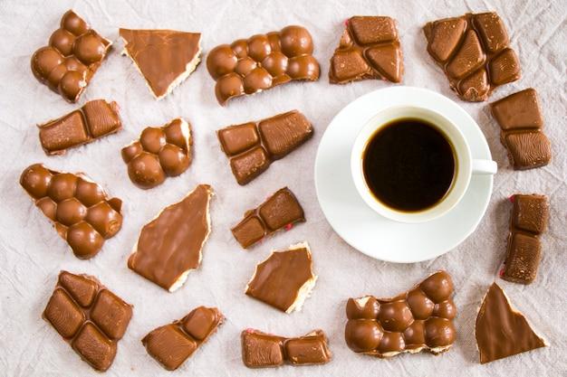Tasse schwarzen espressokaffee und schokoriegel