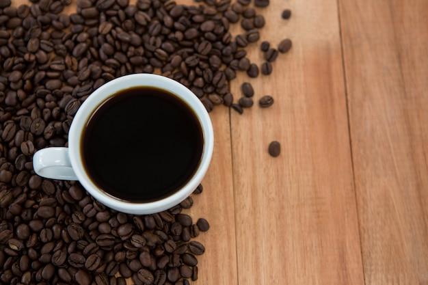 Tasse schwarzen kaffee mit gerösteten kaffeebohnen