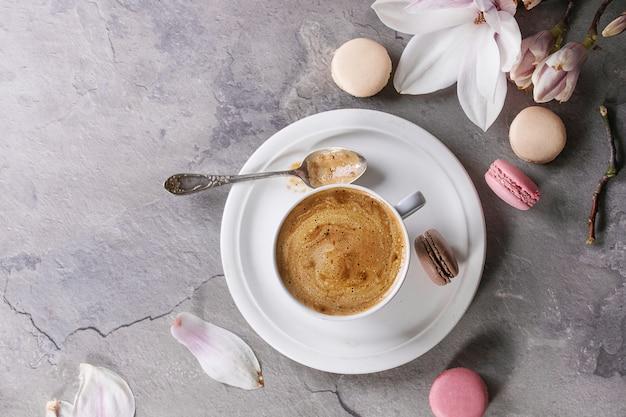 Tasse schwarzen kaffee mit magnolie