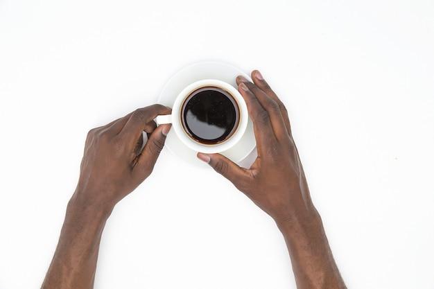 Tasse schwarzen kaffee und ich bin bereit, den tag zu konfrontieren