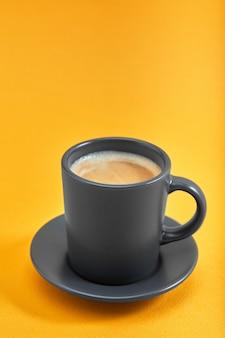 Tasse schwarzen kaffees auf einem teller isoliert