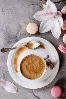 Tasse schwarzer kaffee mit magnolie