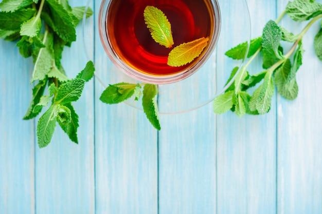 Tasse schwarzer tee mit frischer minze