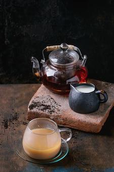 Tasse schwarzer tee mit milch