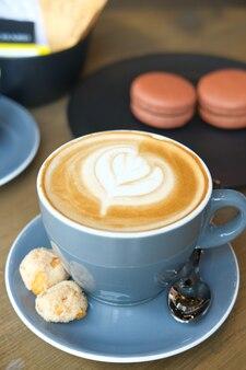 Tasse späte kaffeetasse auf dem tisch
