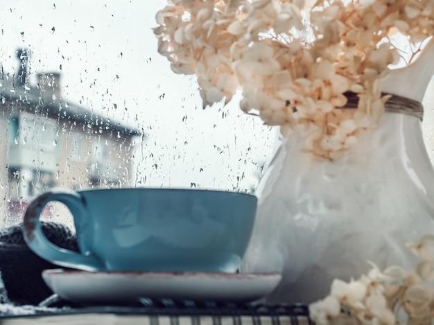 Tasse starken kaffee, bouquet von schönen blumen