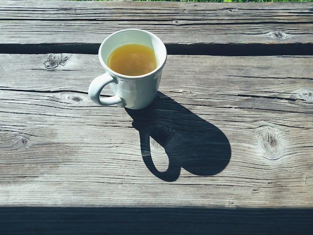 Tasse tee auf der veranda