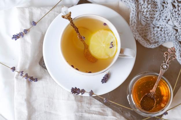 Tasse tee auf einem bett