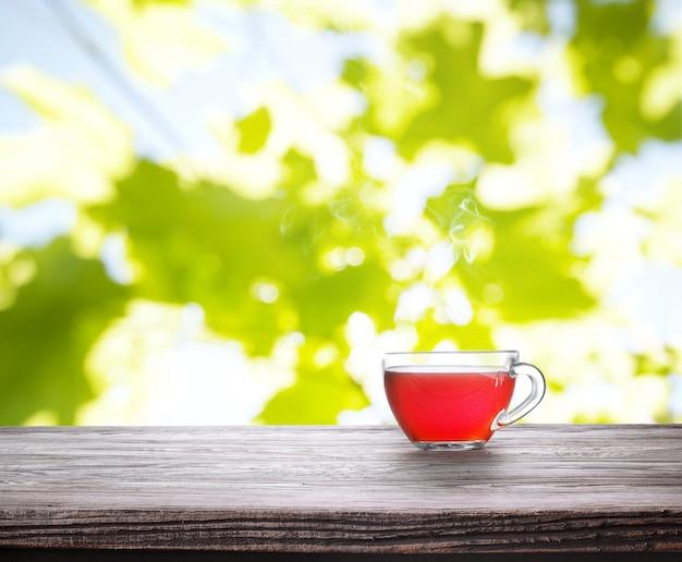 Tasse tee auf holzbrett