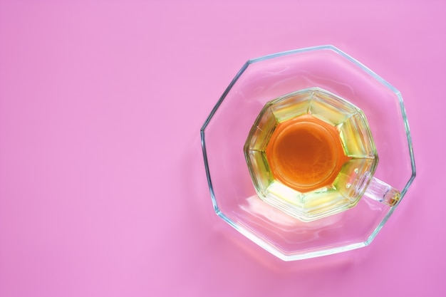 Tasse tee auf rosa hintergrund