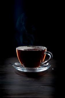 Tasse tee auf schwarz