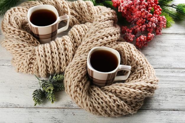 Tasse tee auf tischnahaufnahme