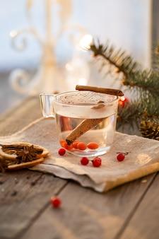 Tasse tee aus viburnum und thymian auf einem holztisch. vitamin tee gegen erkältungen.