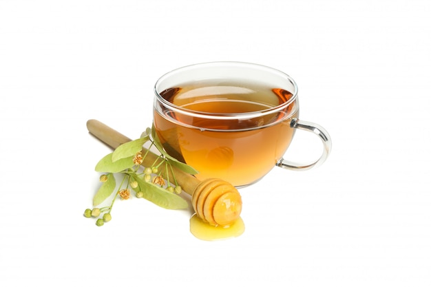 Tasse tee, holzschöpflöffel mit honig und linde lokalisiert auf weiß